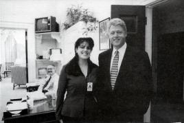 Il presidente William Jefferson Clinton posa per una foto con una stagista della Casa Bianca (1995)