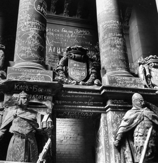 Il Reichstag coperto di graffiti dopo essere stato sequestrato ai nazisti dall'Armata Rossa, 1945