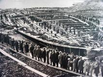 Italiani che guardano le antiche Navi di Nemi dell'imperatore Caligola, 1932