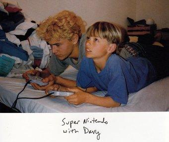 James Franco e Dave Franco giocano a videogames nei primi degli anni 90