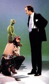Jim Henson con Kermit la Rana e John Cleese