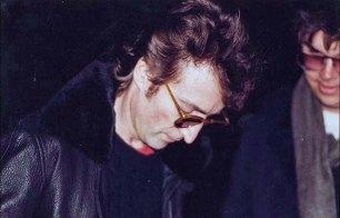 John Lennon firma un autografo per Mark Chapman - il suo assassino - 1980