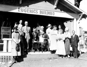 La famiglia vincitrice del premio Fittest Family fuori del Eugenics Building, 1925. Ci sono state diverse categorie su cui le famiglie venivano giudicate: dimensioni, attrattiva e salute della famiglia, che contribuiscono a determinare la probabilità di avere figli sani.