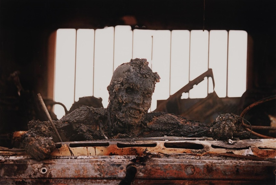 La morte di un soldato iracheno, Highway of Death, 1991 Nella guerra del Golfo del 1991, i piloti americani hanno bombardato un convoglio iracheno in ritirata. La maggior parte dei media statunitensi ha rifiutato di pubblicare questa foto.