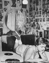 L'adolescente Ruby Hoff sul suo letto circondata da foto di Elvis 1957