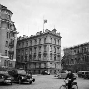 L'ambasciata tedesca in Svezia battente bandiera a mezz'asta il giorno in cui Hitler è morto, 1945
