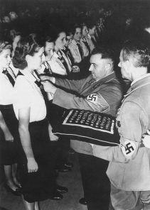 L'ammissione di un gruppo di giovani donne al partito tedesco operaio socialista, Germania, 27 Settembre 1942
