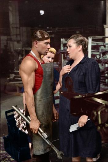 Lavoratore e supervisore in una fabbrica di automobili, Mosca 1954