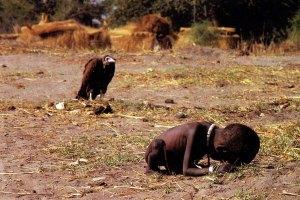 L'avvoltoio e la bambina, 1993. Titolo originale: Struggling Girl (fotografia di Kevin Carter in Sudan)
