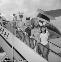 Conigliette Playboy arrivano in un aeroporto di Londra, 1966