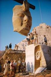 Gru sollevano il volto di una statua dai templi di Abu Simbel in Egitto 1966. Fotografia di Georg Gerster