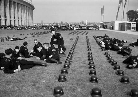 Le truppe SS tedesche si rilassano ai Giochi Olimpici del 1936 a Berlino