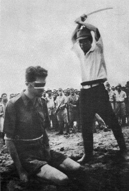 Leonard Siffleet sta per essere decapitato con una spada da un soldato giapponese, 1943