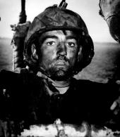 Lo sguardo di un marine americano dopo due giorni di combattimenti costanti nella battaglia di Eniwetok, 1944