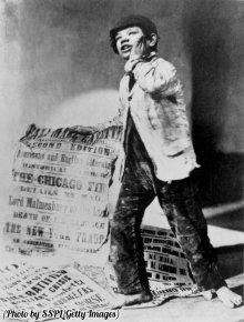 Londra, un ragazzo porta giornali coi titoli del giorno, tra cui il Grande Incendio di Chicago, 1871