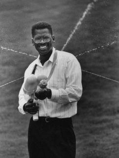 Lonnie Johnson, inventore del Super Soaker, 1992. Fotografia di Thomas S. England