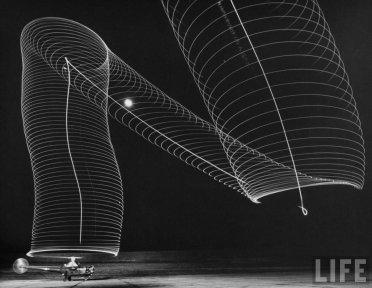Lunga esposizione del decollo di un elicottero. Fotografia di Andreas Feininger, circa 1949