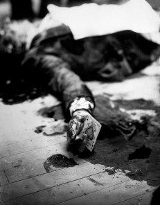 Il boss della mafia Joe Masseria giace morto in un ristorante di Brooklyn tenendo in mano l'asso di picche, 1931