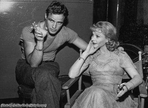 """Marlon Brando e Vivien Leigh in pausa durante le riprese di """"Un tram chiamato desiderio"""", 1951"""