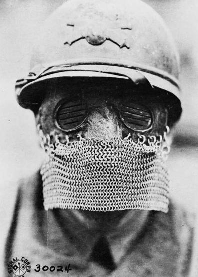 Maschera horror indossata dai cannonieri tank britannici durante la prima guerra mondiale, 1918.jpg