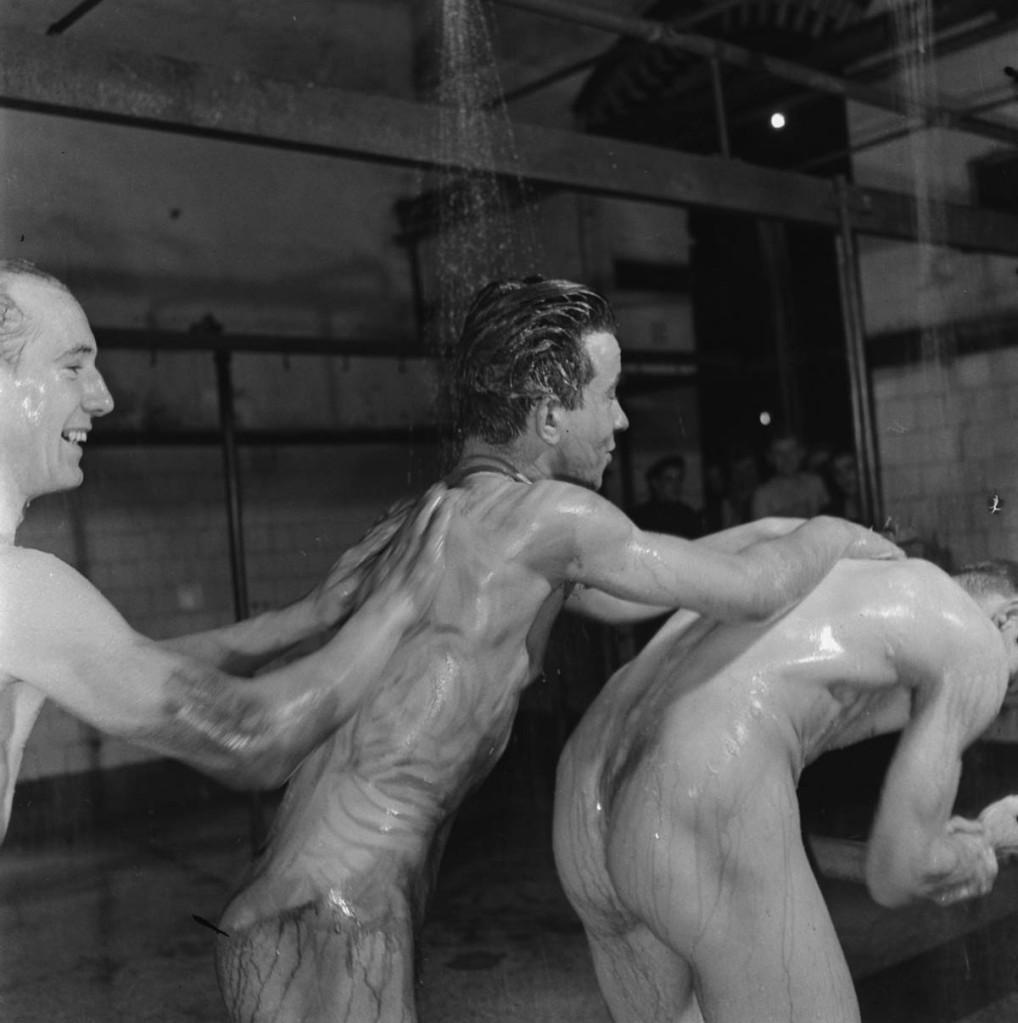 Minatori si lavano le spalle a vicenda nelle docce, un rituale quotidiano alla fine della giornata lavorativa, 1945