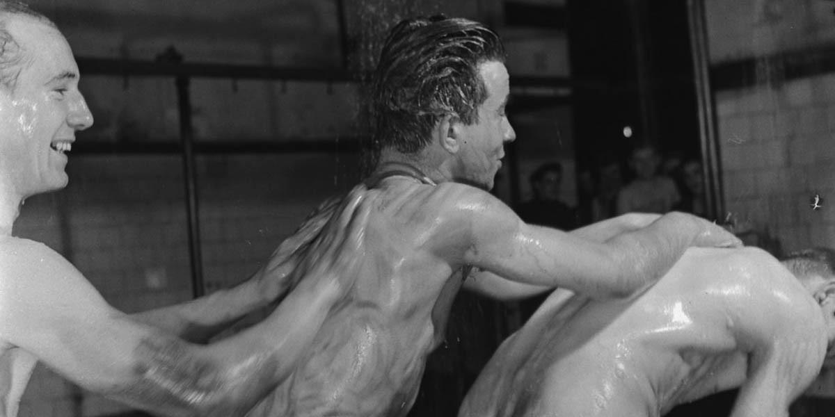Minatori si lavano le spalle a vicenda nelle docce, un rituale quotidiano alla fine della giornata lavorativa del 1945