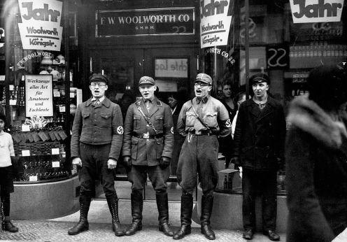 Nazisti cantano per incoraggiare il boicottaggio dei negozi ebraici, 1933