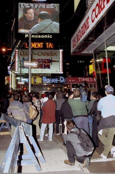 Newyorkesi si fermano a guardare il finale di 'Seinfeld' in Times Square, 1998
