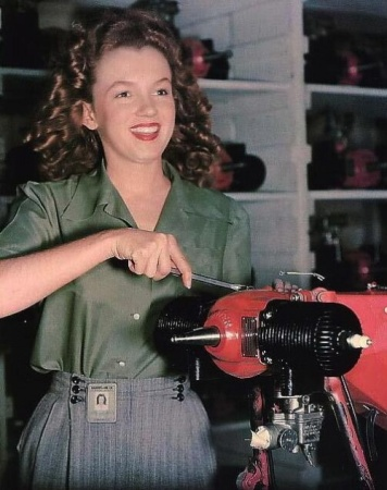 Norma Jean Baker in fabbrica Van Nuys CA, sarà presto conosciuto come Marilyn Monroe