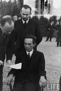Occhi di odio, una fotografia candida di Goebbels dopo la scoperta che il suo fotografo è ebreo, 1933