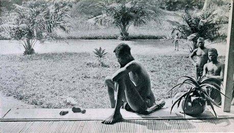 Padre fissa la mano mozzata e il piede di suo figlio di cinque anni, recisi come punizione per non essere riuscito a fare la quota di gomma quotidiana, Congo Belga 1904