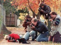 Paparazzi circondano Socks, il gatto di Bill Clinton, 1992