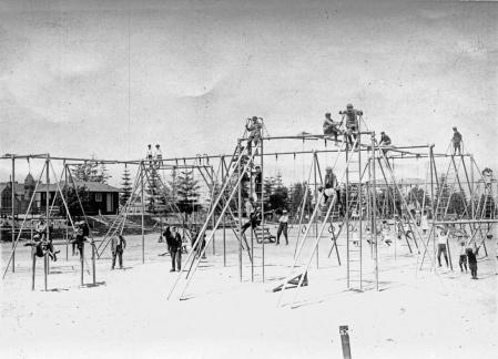 Parco giochi pericoloso nel 1900