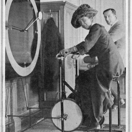 Passeggeri che usano la cyclette nella palestra a bordo del Titanic, 1912