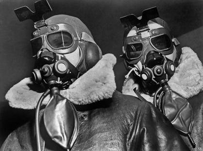 Piloti americani che indossano abiti d'alta quota, maschere di ossigeno e occhiali di volo, 1942
