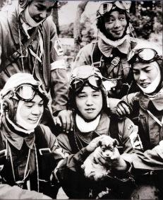 Piloti kamikaze in posa con un cucciolo il giorno prima che le loro missioni suicide, 1945