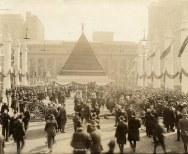Piramide di caschi tedeschi catturati, New York 1918