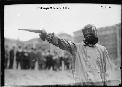 Duello di pistole alle Olimpiadi, 1906. I tiratori usavano proiettili di cera e senza polvere da sparo