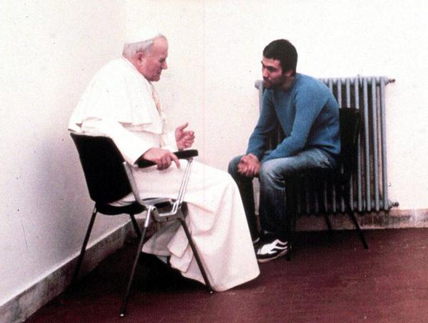 Papa Giovanni Paolo II parla con il suo tentato assassino Ali Agca, nella sua cella nel 1983