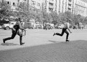 Primavera di Praga: soldato sovietico insegue giovane che ha lanciato pietre contro un carro armato, 1968