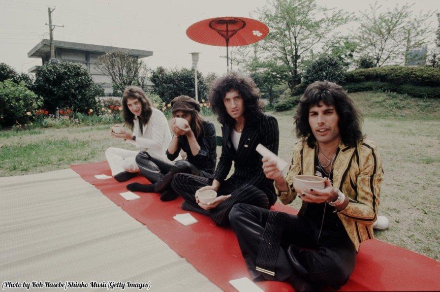 Queen nel giardino di un hotel, Tokyo, 1975