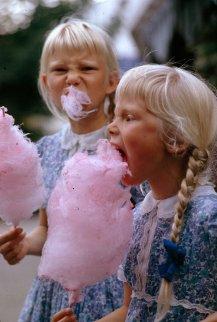 Bambine mangiano lo zucchero filato a Copenhagen, Danimarca, gennaio 1963
