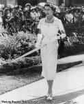 Regina Elisabetta II ad una festa in giardino a Sydney, Australia 1954