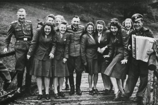 Risate ad Auschwitz - ausiliarie delle SS in un resort per il personale di Auschwitz, 1942