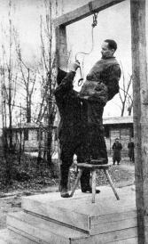 Rudolf Hoess il comandante del campo di concentramento di Auschwitz, è appeso accanto al crematorio del campo, 1947