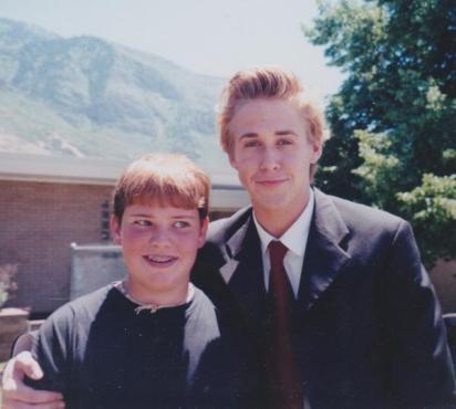 Ryan Gosling fuori dalla chiesa dei mormoni, anni 90