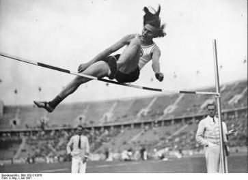 Il salto della vittoria da 1,63 m di Ratjen ai campionati tedeschi del 1937