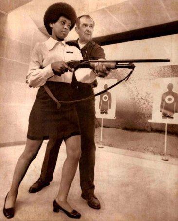 Sandra Brown, la prima donna nera nelle forze di polizia di Oakland, riceve istruzioni su come usare un fucile da caccia 1970