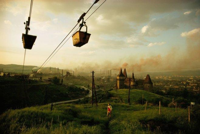 Secchi di minerale di ferro sono trasportati in una delle principali acciaierie di Hunedoara, Romania 1975. Fotografia di Winfield Parks