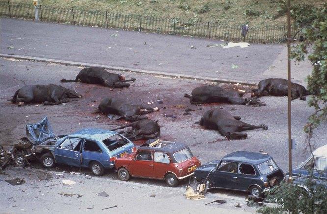 Sette cavalli della regina giacciono morti dopo che l'IRA ha fatto esplodere una bomba a chiodi, 1982